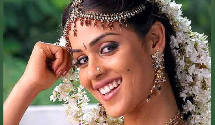 Photo Credit: http://www.rediff.com/movies/slide-show/slide-show-1-pix-genelia-s-filmi-bridal-avatars/20120202.htm