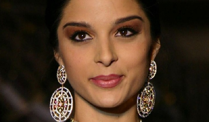Photo Credit: http://www.india-forums.com/wallpaper/1280x800/80218-bollywood-actress-gissele-monterio-showcasing-h-g-jewelers-gold.htm/
