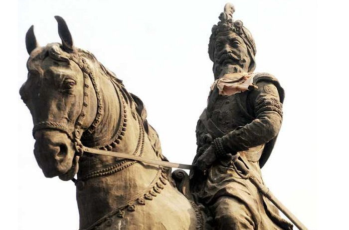 Image Credit : https://www.tribuneindia.com/news/amritsar/maharaja-ranjit-singh-s-statue-suffers-neglect/189050.html